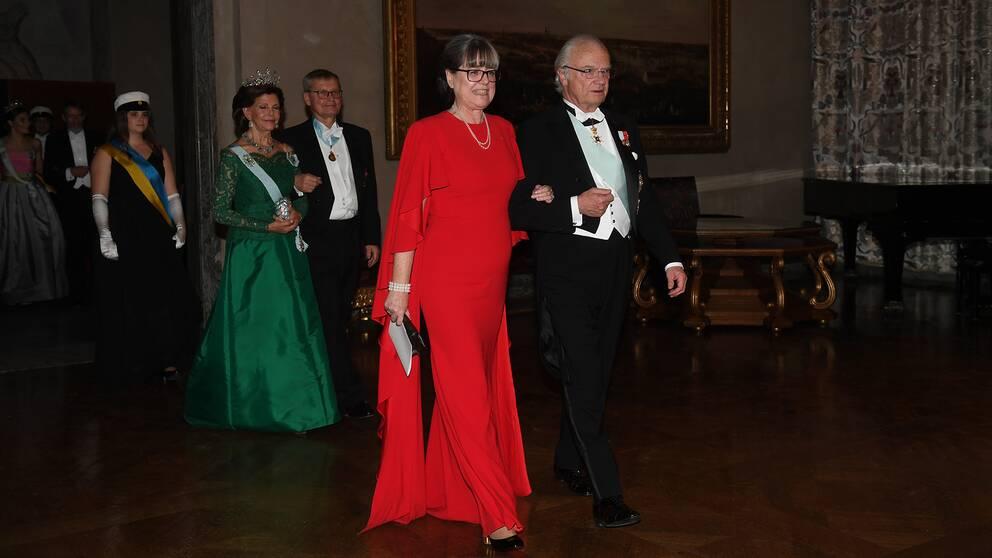 Fysikpristagaren Donna Strickland i rött.