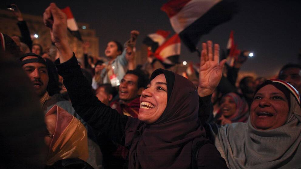 En egyptisk kvinna firar nyheten om att presidenten Hosni Mubarak avgår.