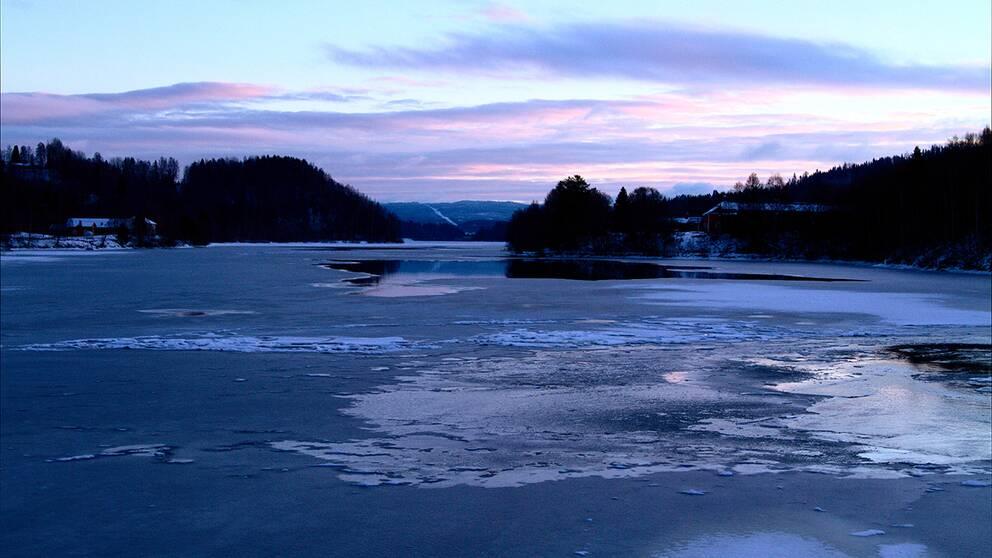 Ångermanälven från Tannflobron i Resele 11/12 kl 15 och det börjarfrysa på igen efter några dagar strax över noll.