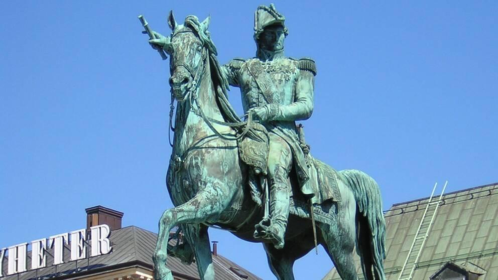 Nu återinvigs statyn av kungafamiljens anfader Karl XIV Johan och flyttas till Slottsbacken.