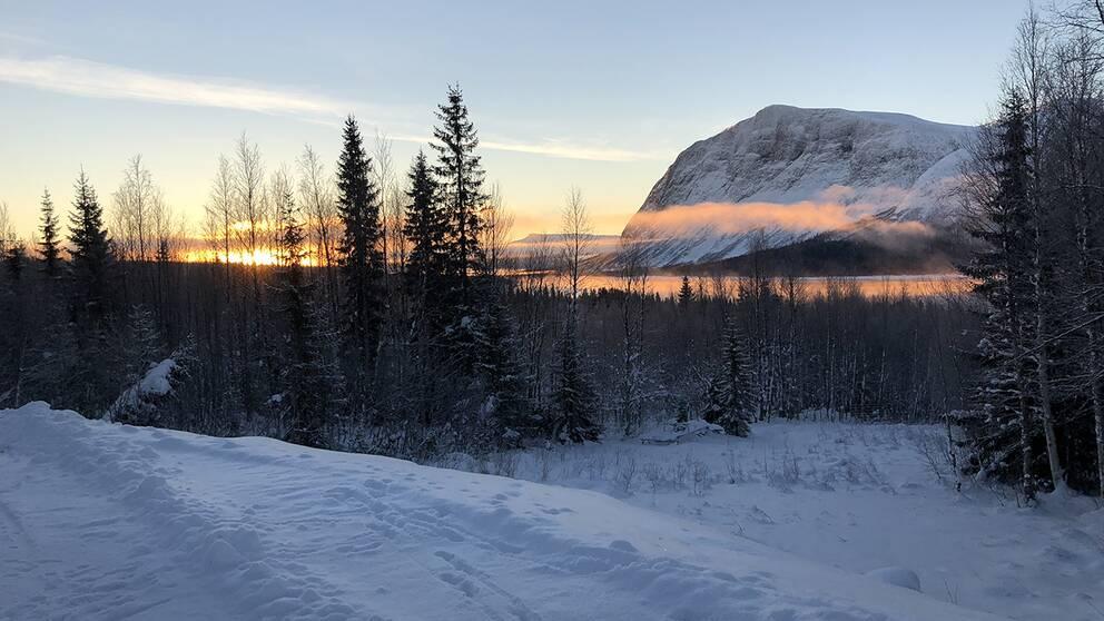 """Soluppgång i Borgafjäll, Lappland. Minus 14, vindstilla, Borgasjön """"svettas"""" till en vacker förmiddagsdimma."""