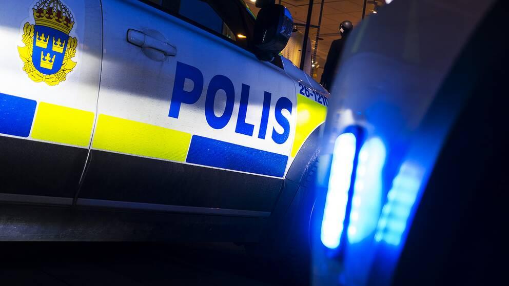 Polisbil med blåljus.