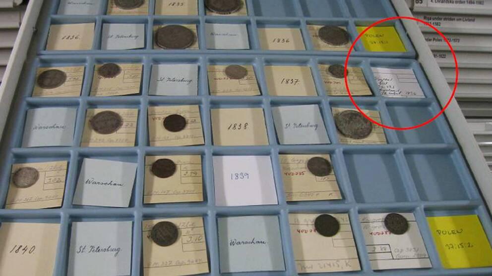På den här brickan på Kungliga myntkabinettet saknas en så kallad Familjerubel, ett sådant mynt som den tidigare anställde sålde på auktion för en halv miljon kronor.