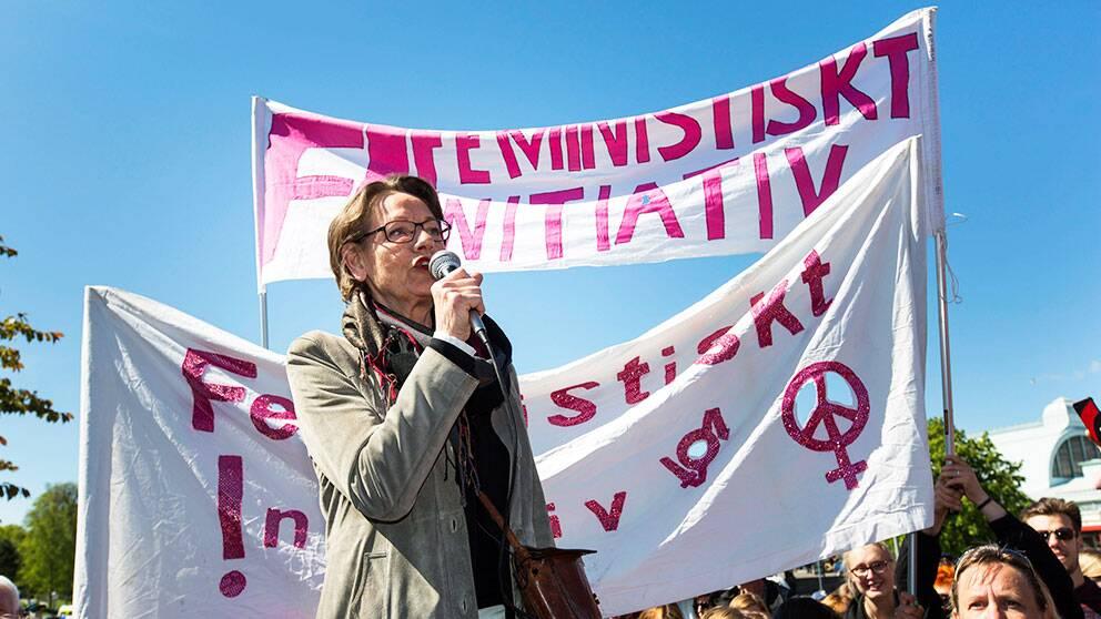Gudrun Schyman talar för Feministiskt Initiativ på första maj i Göteborg.