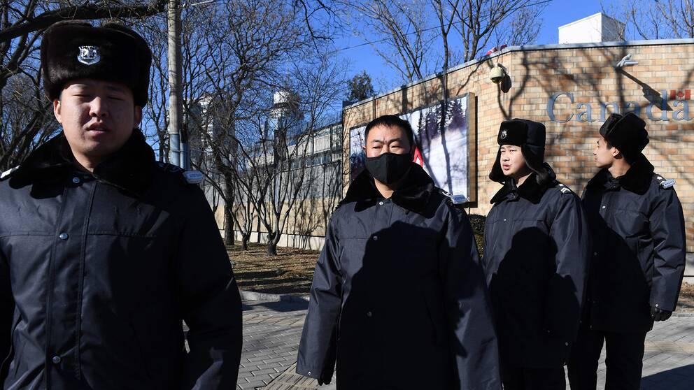 Kinesisk polis patrullerar utanför den kanadensiska ambassaden i Peking.