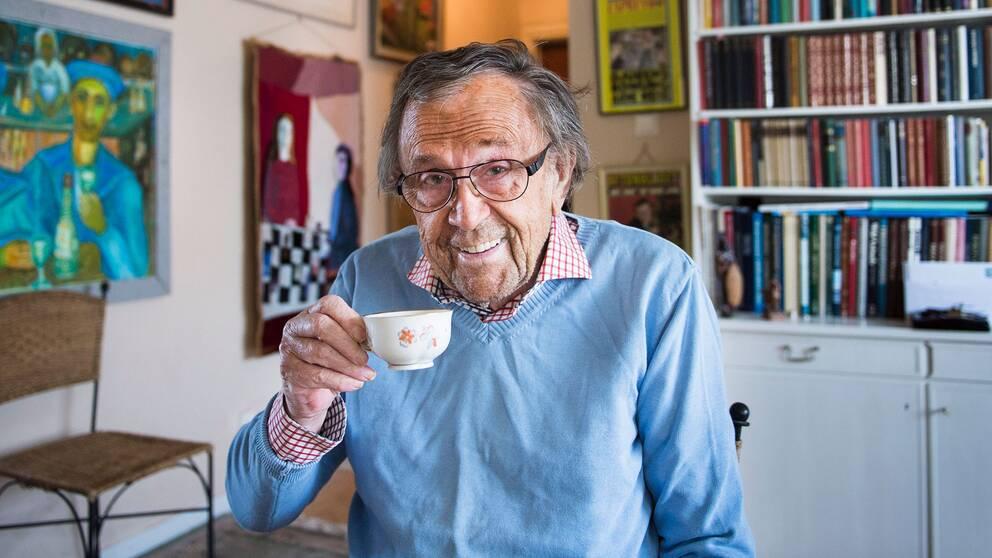 Tv-profilen Arne Weise, fotograferad i sin lägenhet inför 85-årsdagen 2015.