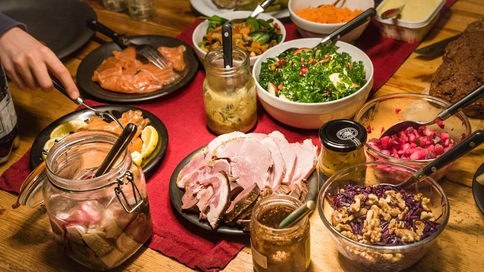 Julbord med julskinka, sallad, lax och annat