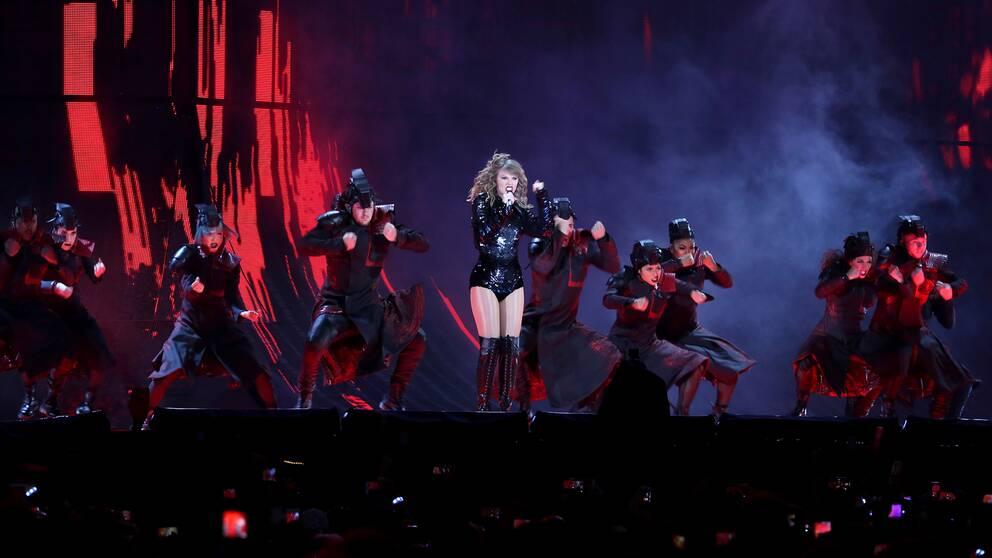 Taylor Swift på scen med sina dansare under en konsert