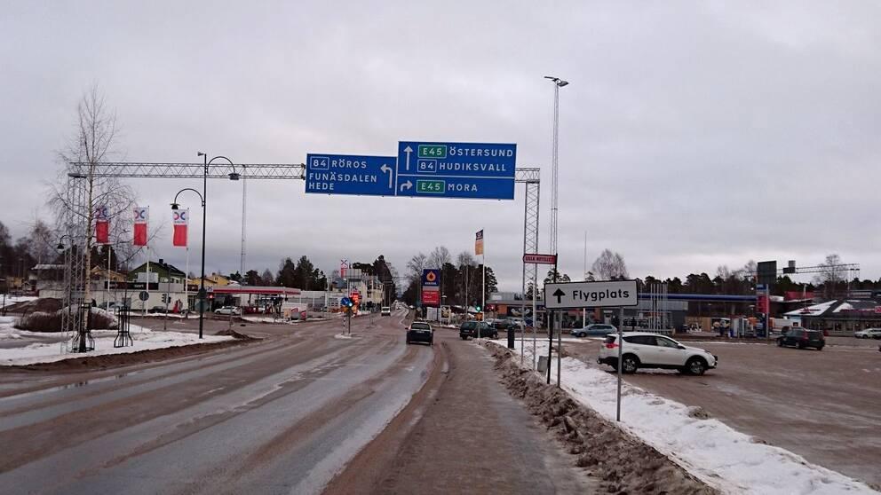 vy över bilväg och parkering i Sveg, vintertid