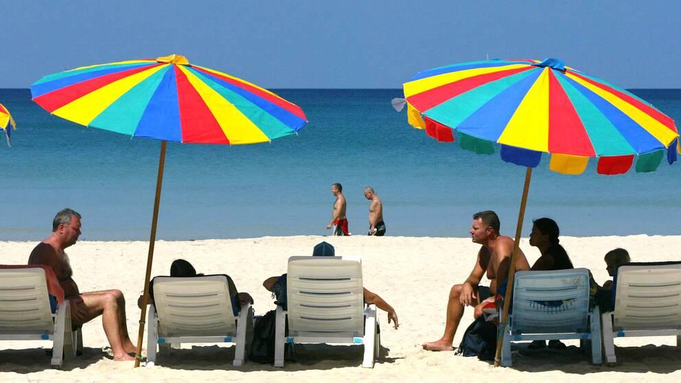 Turister på Patong Beach i Thailand – ett av de vanligaste vinterresemålen för svenskar