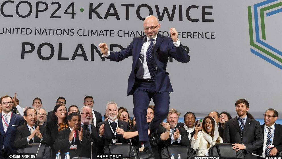 Den polske ordföranden för klimatmötet i Katowice, Michal Kurtyka, firar de avslutade förhandlingarna med ett glädjeskutt.