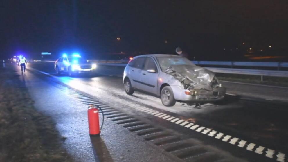 En personbil började på söndagskvällen brinna, sedan den kolliderat med en lastbil på E6 i höjd med Lomma.