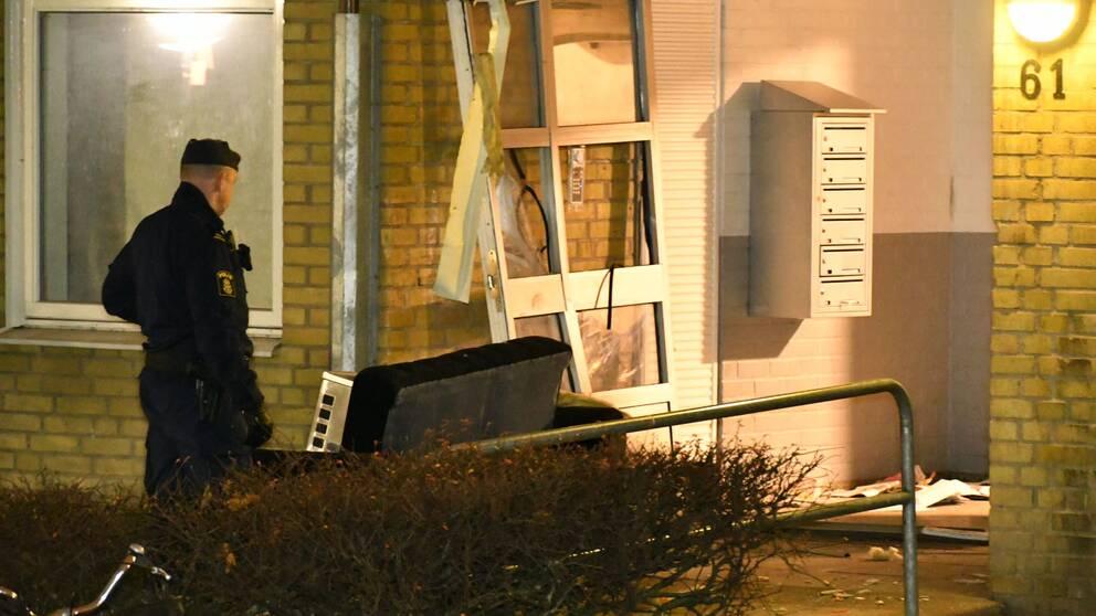 Entrédörren i huset på Ramels väg på Rosengård blev totalförstörd och delar av fastigheten fick stagas upp med stöttor.