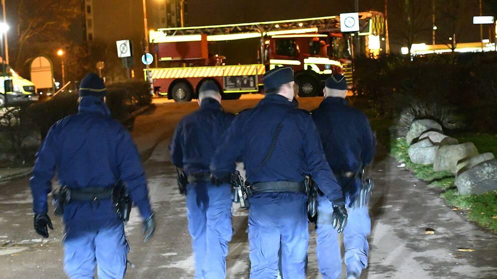 Vid polisinsatsen efter en explosion i Malmö kunde polisen gripa fem personer misstänkta för vapenbrott. Det är oklart om personerna hade någonting med explosionen att göra.