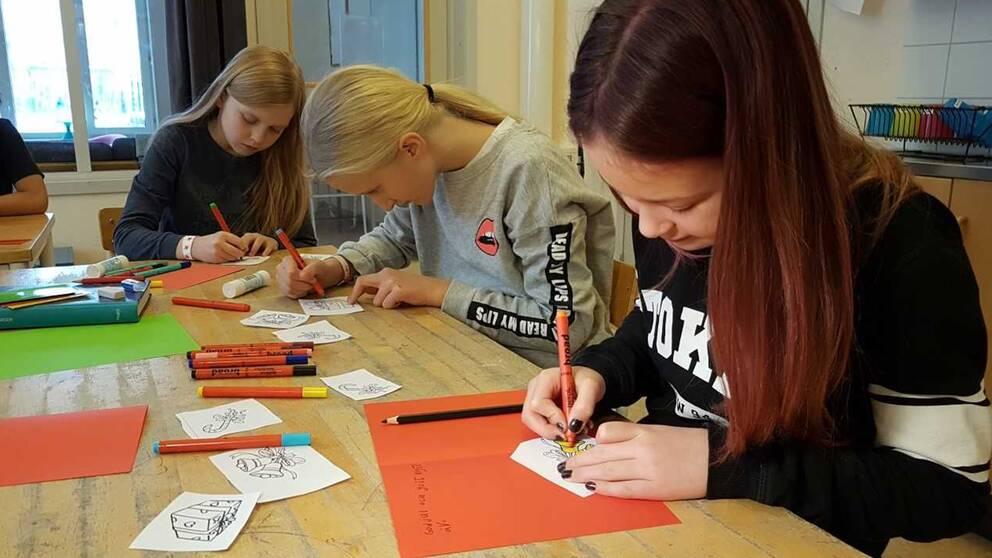 Alva Lorentz, elev på Ekeby skola till vänster. Till höger julkort som eleverna i klassen skrivit.
