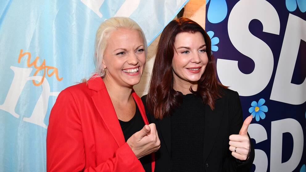 Moderaternas Emilie Pilthammar och svergedemokraternas Louise Erixon under en presskonferens i oktober då det stod klart att Louise Erixon, tar över styret i kommunen.