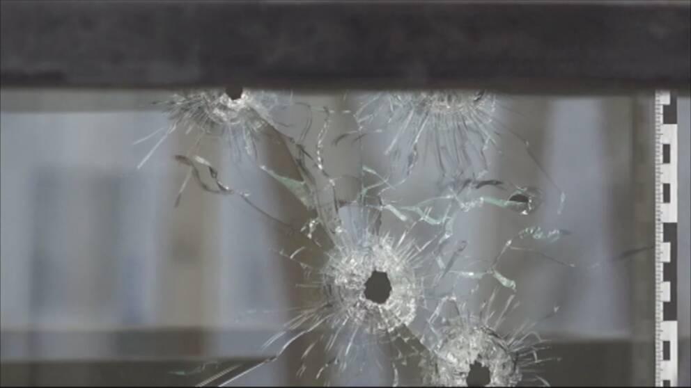Skott genom fönsterruta i poliskontoret i stadsdelen Ronna i Södertälje i februari 2018.