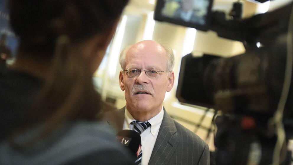 Riksbankens chef Stefan Ingves anländer till pressträffen med anledning av onsdagens räntebesked.