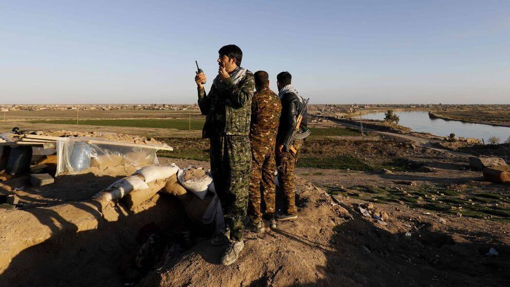 Bilden visar medlemmar i Syrian Democratic Forces (SDF) i Hajin, Syrien.