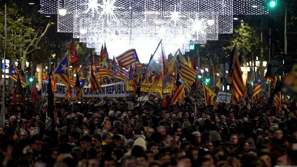 Demonstranter marscherar i Barcelona.