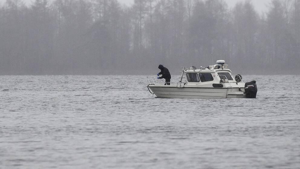 """En """"kalla fall""""-grupp i arbete; sökande i Ivösjön i Skåne förra året efter turnéledaren Lelle Hildebrand som försvann 1999, och tros ha mördats."""