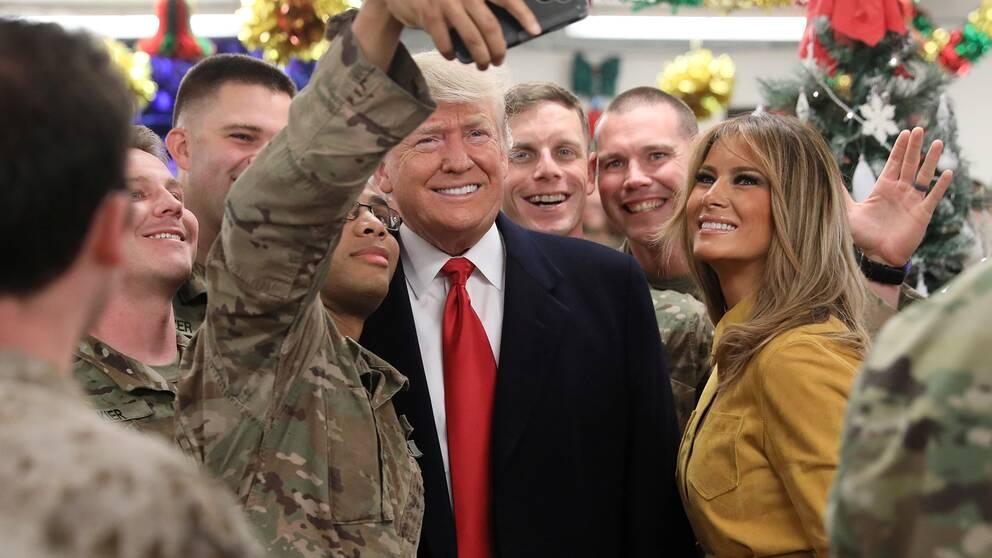 USA:s president Donald Trump och hans fru Melania Trump uppvaktas av amerikanska trupper i Irak.