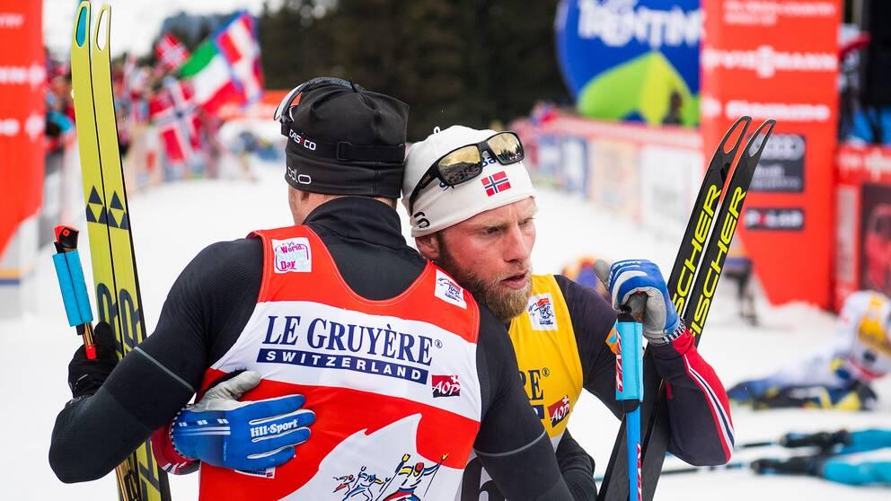 Martin Johnsrud Sundy och Dario Cologna efter Alpe Cermis.