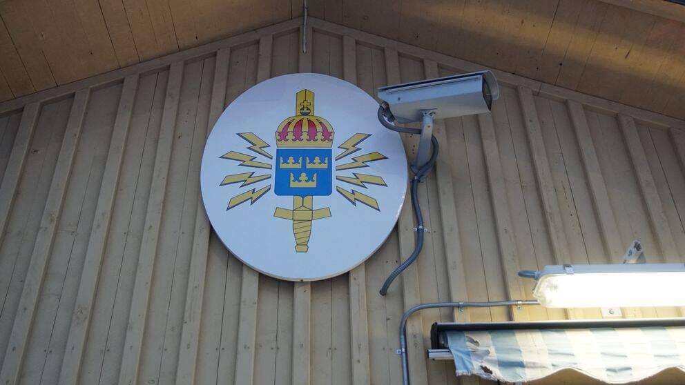 Vaktkuren vid grinden till FRA på Lovön utanför Stockholm den 21 december 2018.