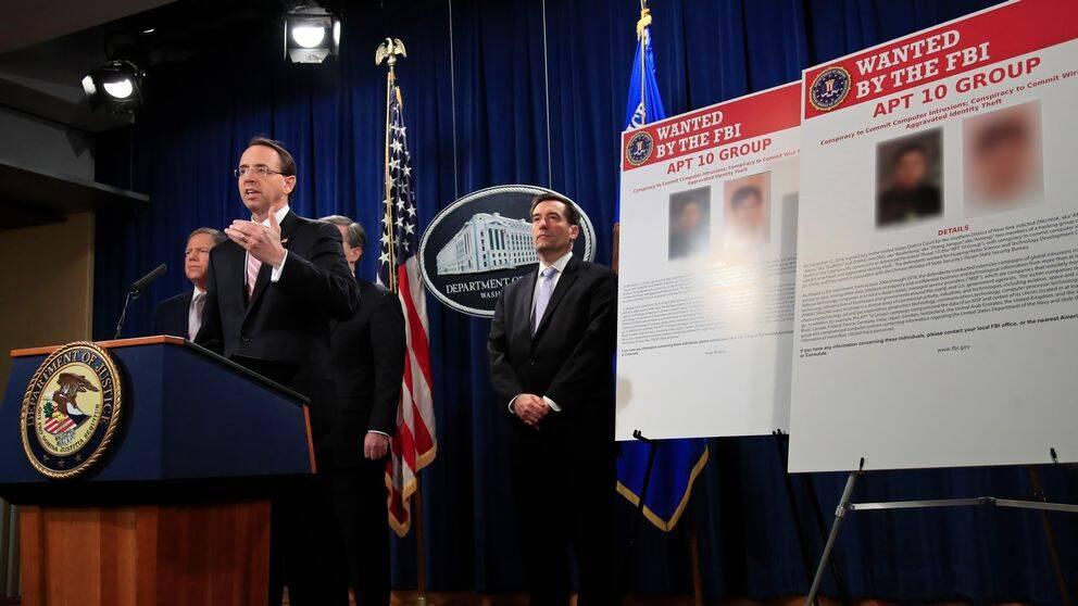 USA:s biträdande justitieminister Rod Rosenstein meddelar att två kinesiska medborgare åtalas för omfattande cyberattacker. Beskedet kom på en presskonferens i Washington den 20 december 2018.
