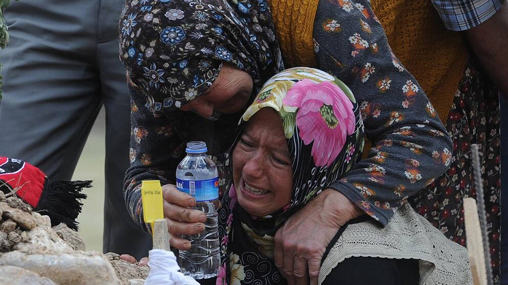 Familjemedlemmar sörjer vid graven till ett av offren för gruvolyckan i Turkiet.