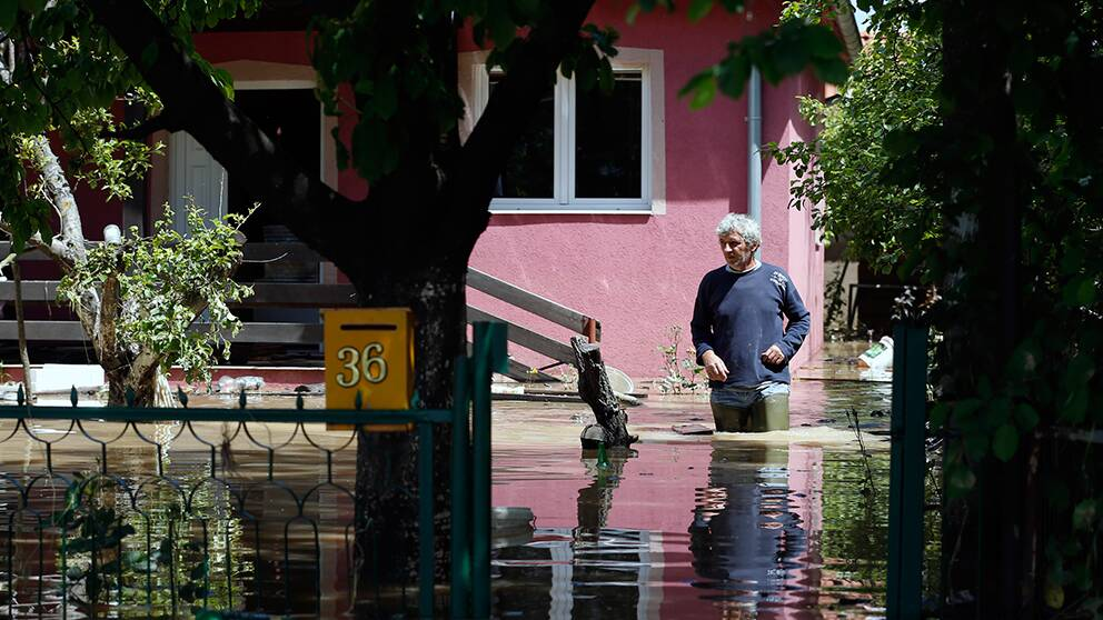 Flera byar är under vatten och stora områden är helt avskurna från omvärlden.