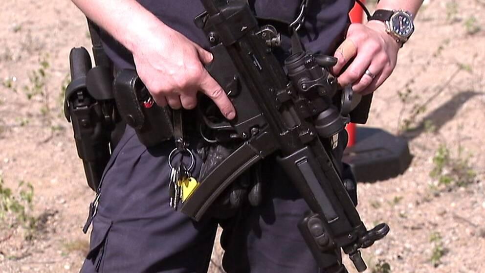 Polis beväpnad med ett så kallat förstärkningsvapen