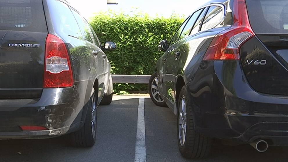 Två bilar står parkerade.