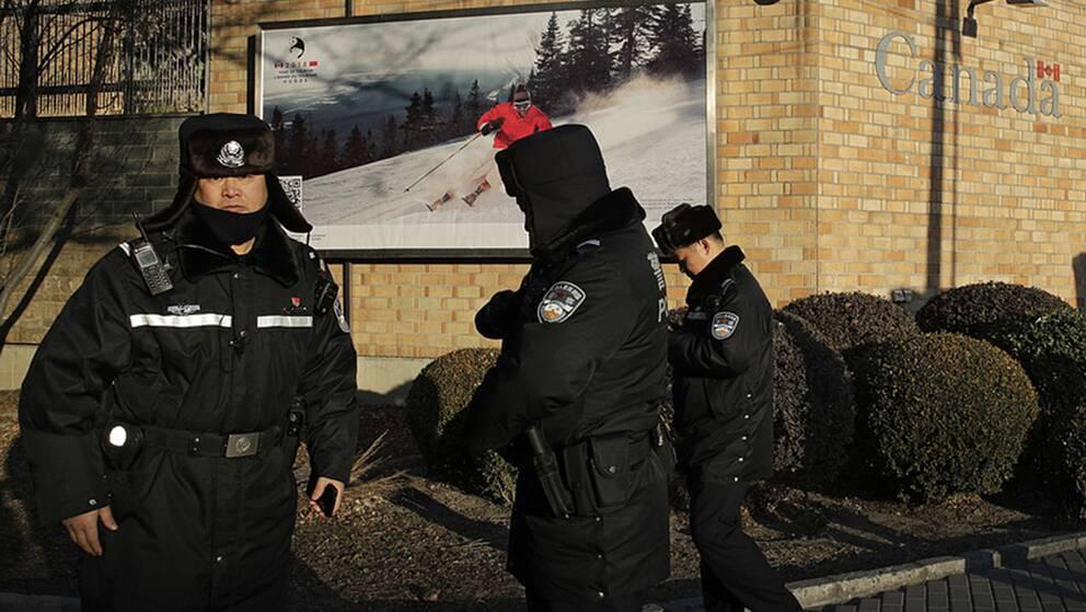 Polis övervakar Kanadas ambassad i Peking i ett allt mer spänt läge mellan länderna.