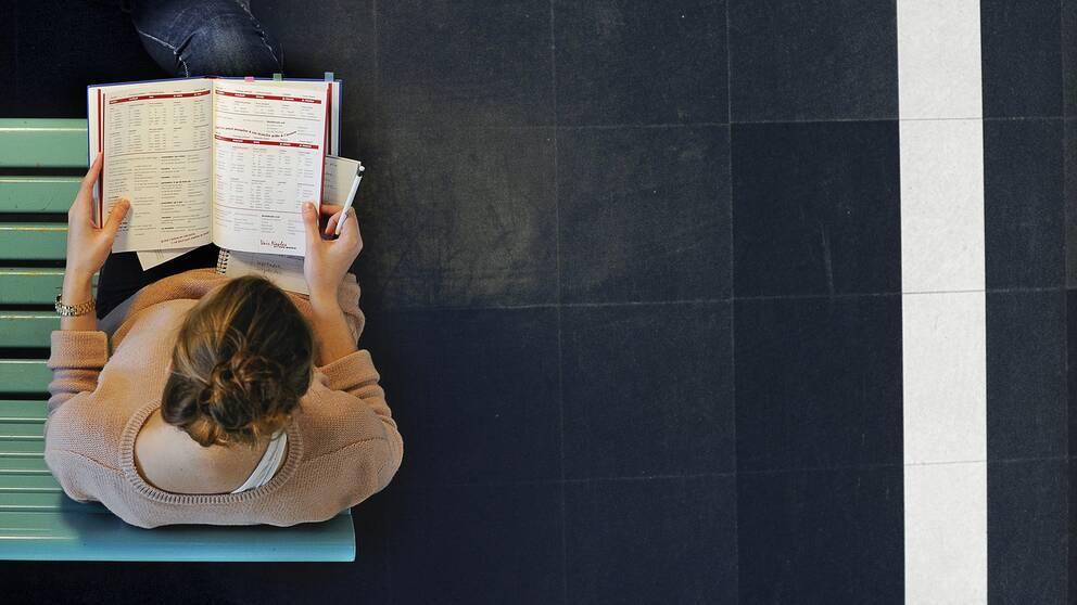 En kvinna som pluggar.
