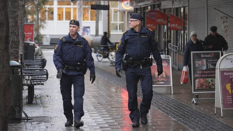 Kommunpoliserna Håkan Thor och Samuel Sjöö i Hässelby.