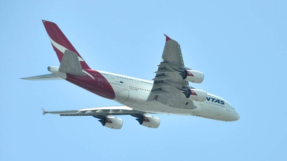 Ett Airbus flygplan A380 tillhörande flygbolaget Qantas i luften.