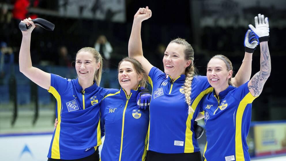 fyra kvinnor i Sverige-färger på rad som jublar