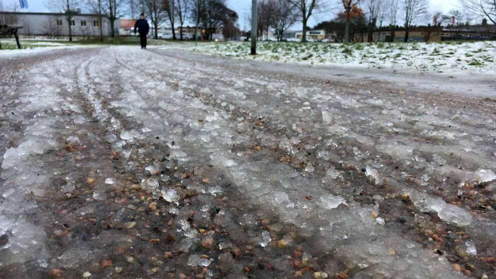 grus och snö på en cykelväg