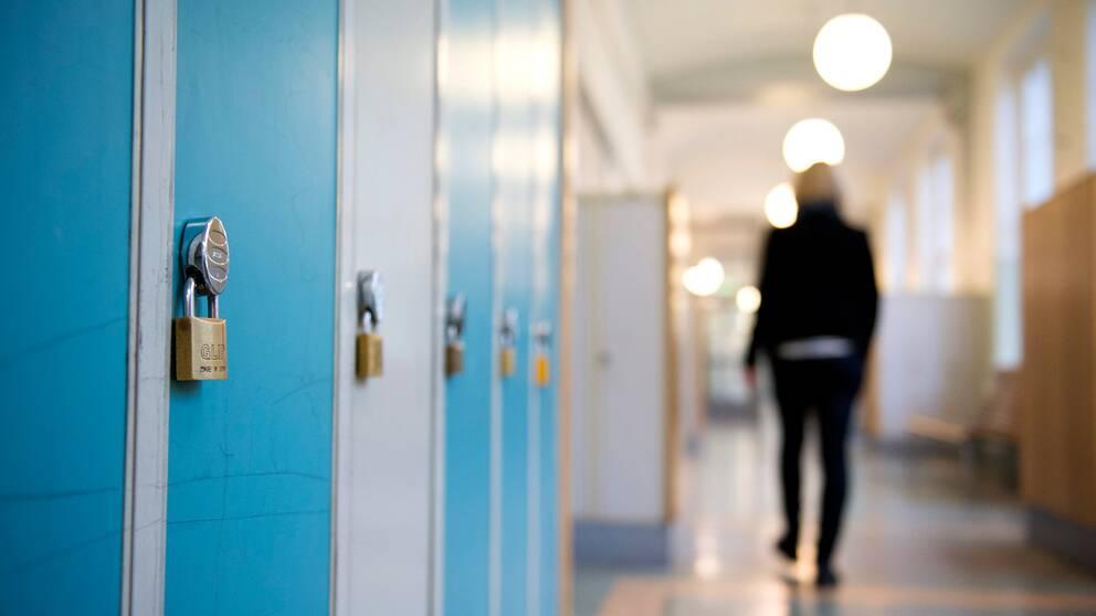En elev går i en skolkorridor.