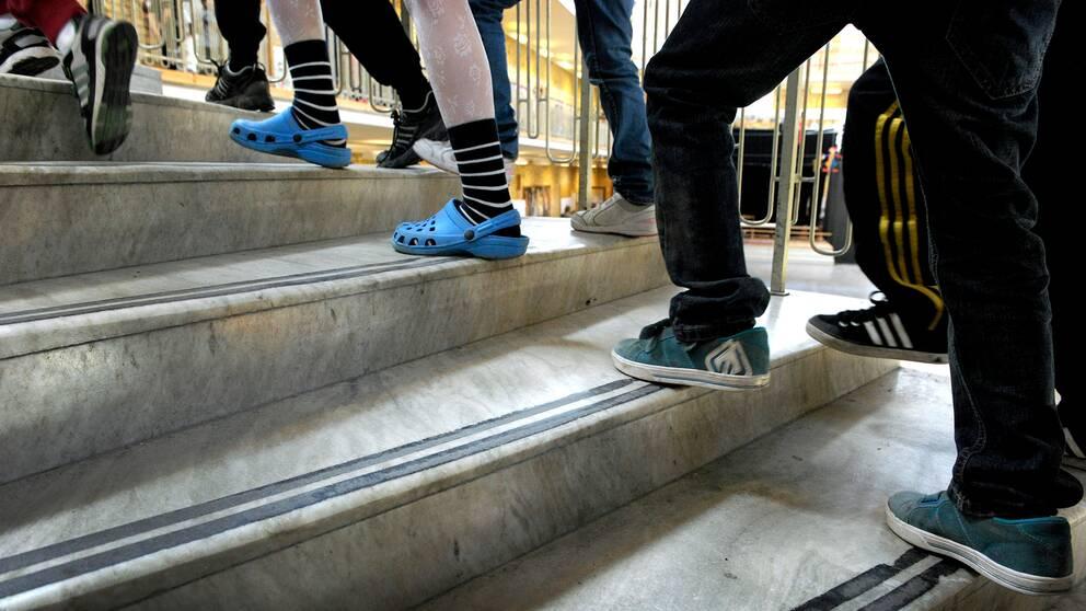 Elever går i en trappa i en skola.