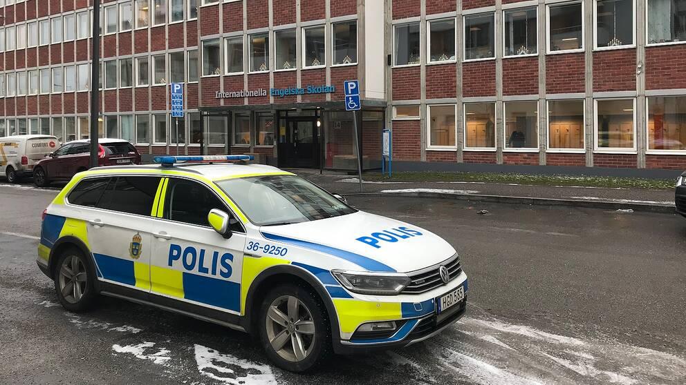 Polisbil står framför Internationella engelska skolan i Tyresö.