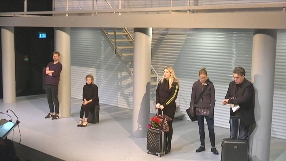 Fem människor i väntan på det där tåget som aldrig kommer.
