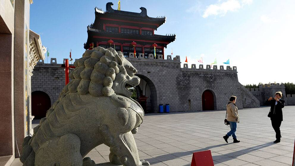 Dragon Gate vid E4:ans avfart till Älvlarleby.