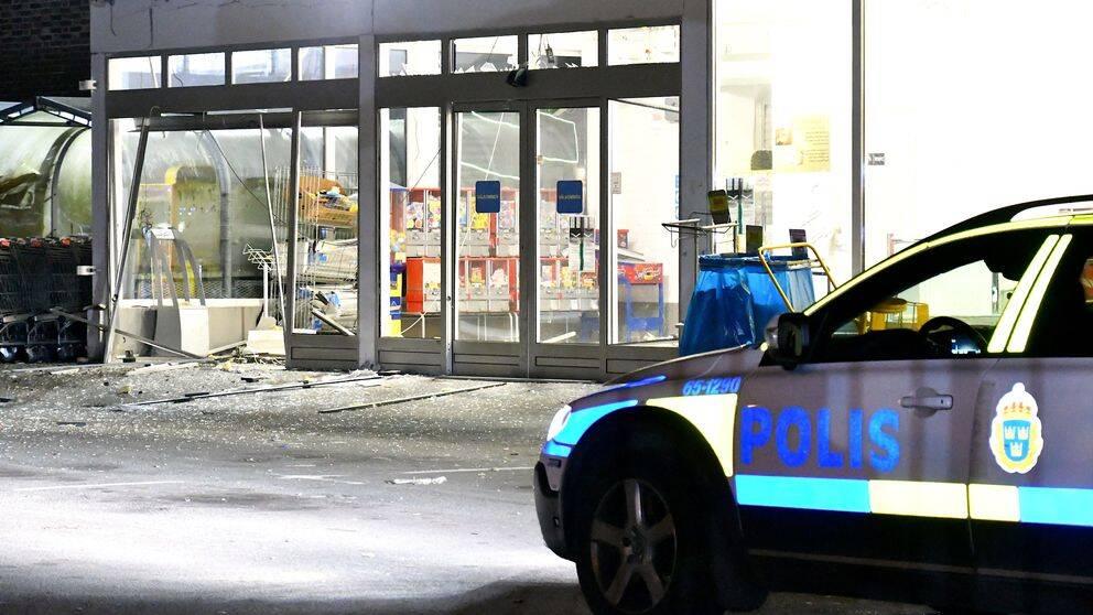 Matbutiken fick stora skador vid explosionen. Så här såg det ut vid entrén.