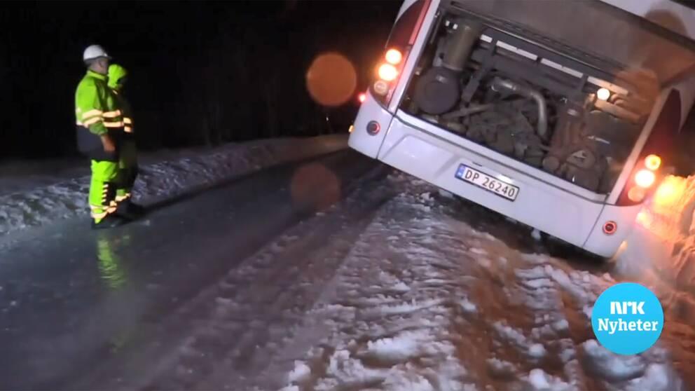 Bilder från NRK på en buss med skolbarn som blåst av vägen.
