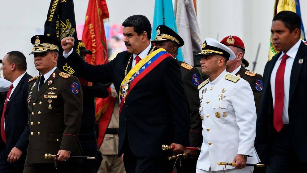 Venezuela's president Nicolas Maduro (mitten) vid en cemoni på Fuerte Tiuna militäranläggning i Caracas den 10 januari 2019.