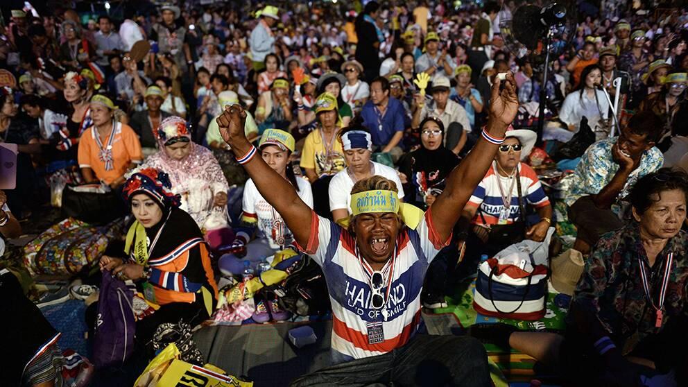 Regeringskritiska demonstranter firar i Bangkok.