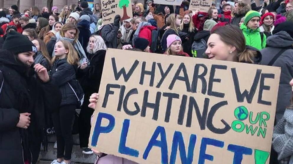 Hundratals unga demonstrerade för klimatsmarta beslut utanför Finlands riksdagshus