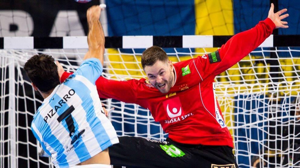 Målvakt Andreas Palicka står i vägen för Argentinas Ignacio Pizarro.